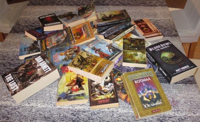 Kuvassa läjä kirjoja.