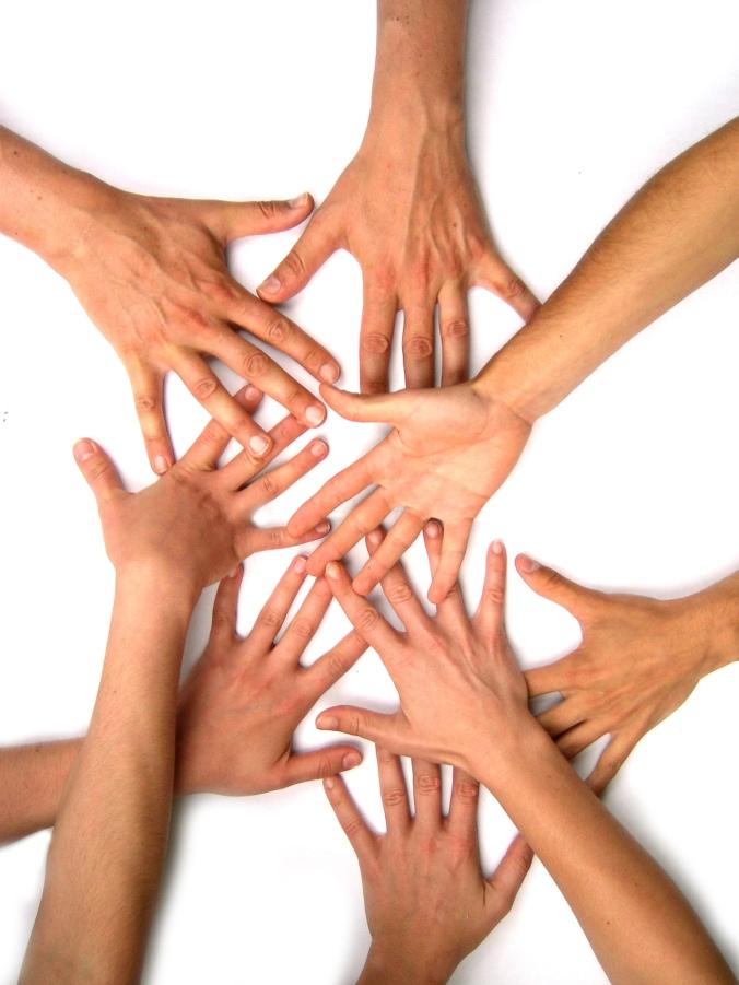 Kuvituskuva, käsiä koskettamassa toisiaan.