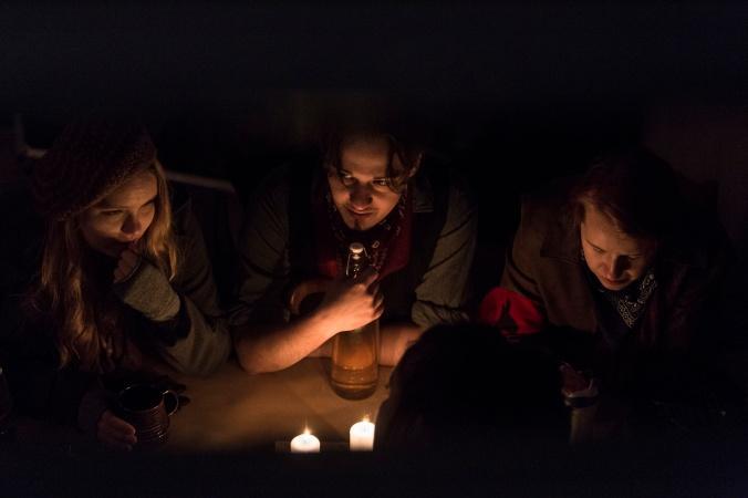 Hiljainen palaveri kynttilän valossa.
