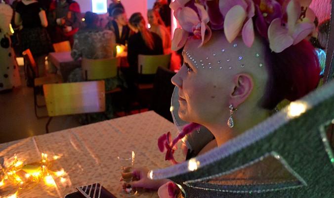Skifi-pukeutunut nainen istuu baaripöydässä