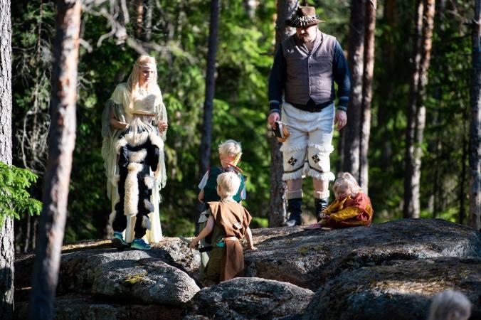 Lapset kalliolla kuuntelevat ohjeistusta aarteenetsintään haltioilta.