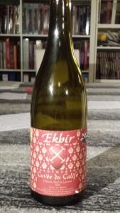 Kuvassa pullo, jonka punaisessa etiketissä lukee Ekbir.