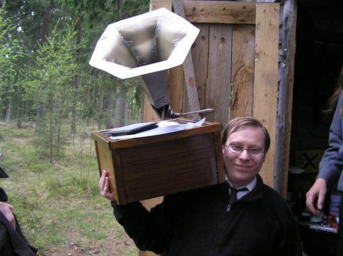 Mies pitelee vanhanaikaista gramofonia.