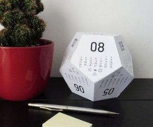 Kuvassa d12 muotoinen iso kalenterinoppa