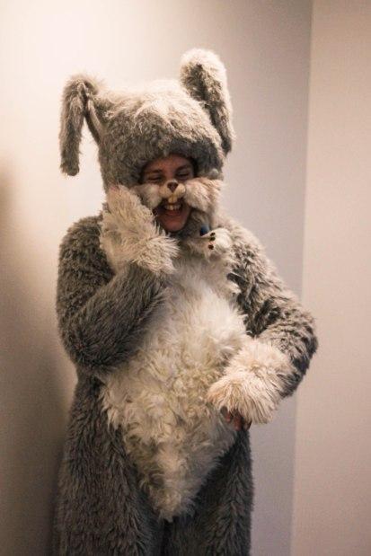Kuvassa ihmisen kokoinen kaniini seisoo tassu poskella.