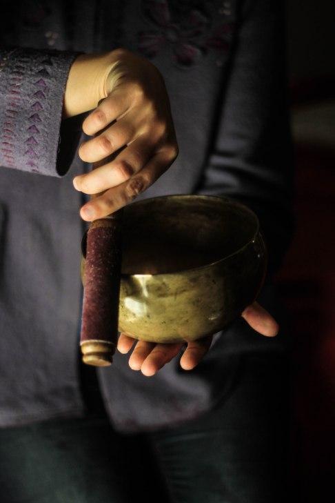Kuvassa kulhoa soitetaan kiertämällä sen reunaa kapulalla.