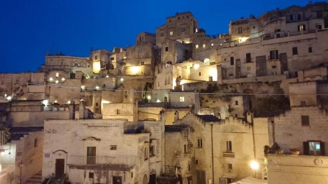 Kuva Sassi di Materasta yöllä