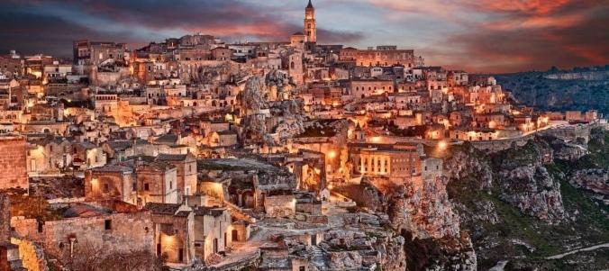 Kuvasss yöllä valaistu kaupunki Sassi di Matera