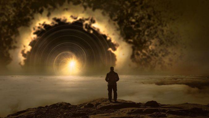Kuvassa seisoo miesoletettuhahmo selin katsojaan. hän seisoo kalliolla, joka on pilvien yläpuolella ja katsoo spiraalinmuotoiseen auringon nousuun tai laskuun.