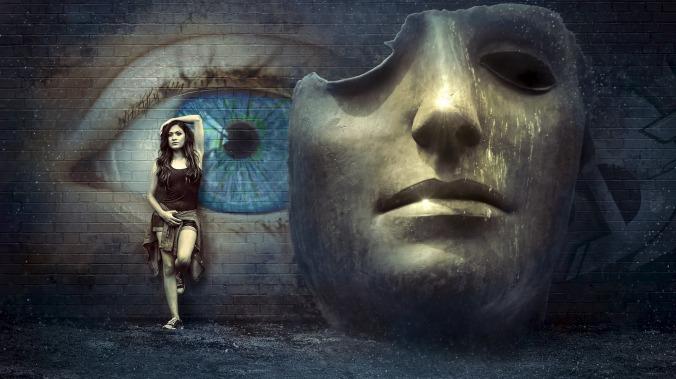 kuvassa tiiliseinään maalattu sininen silmä, ja seinään nojaava nainen sekä iso teatterinaamio