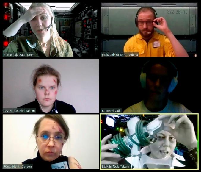 kuvassa kuuden videopuhelun ruudut, muutamalla takanaan virtuaalitausta, yksi pelaaja pitää käsissään mystistä laitetta ja esittelee sitä muille.
