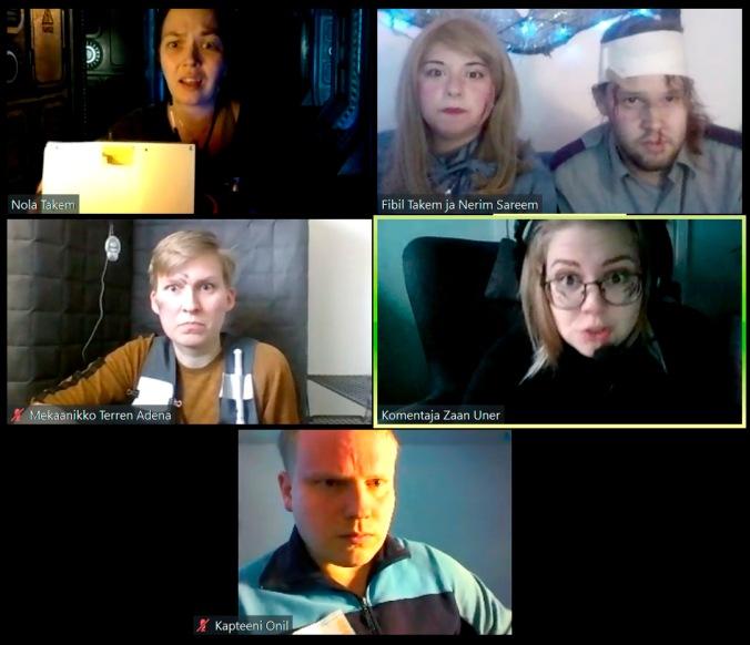 kuvassa 5 videopuheluruutua, joissa pelaajat ovat omissa kodeissaan. Yhdellä on takanaan virtuaalitausta avaruusaluksesta, muilla enemmän tai vähemmän kototoimiston seinä takana.