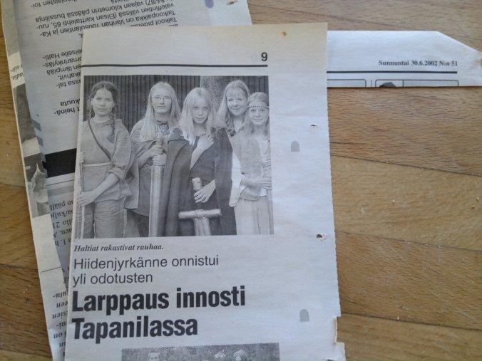 Lehtileike vuodelta 2002, jossa lukee Hiidenjyrkänne onnistui yli odotusten - Larppaus innosti Tapanilassa. Kuvatekstissä lukee Haltiat rakastivat rauhaa, mutta silti kuvassa  heillä on bofferiaseet käsissään.