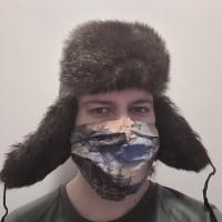 kuvassa krijoittaja Karpomaisessa karvalakissaan ja erähenkinen kasvomaski kasvoillaan