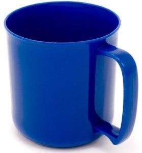Sininen muovikuppi, jossa on kahva.